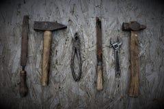 Mesa con las herramientas viejas para la reparación imagenes de archivo