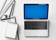 Mesa creativa del diseñador y del arquitecto con los artículos del ordenador portátil y de los efectos de escritorio Mofa para ar Imagen de archivo libre de regalías