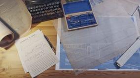 Mesa da arquitetura do vintage com máquina de escrever, modelos e réguas video estoque