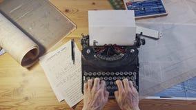 Mesa da arquitetura do vintage com m?quina de escrever, modelos e r?guas vídeos de arquivo