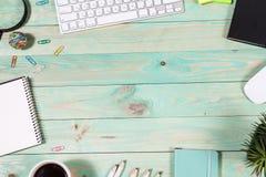 Mesa da tabela do escritório com grupo de fontes coloridas Fotos de Stock Royalty Free
