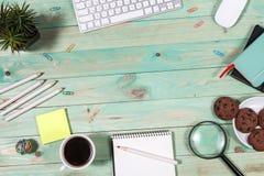 Mesa da tabela do escritório com grupo de fontes coloridas Fotografia de Stock