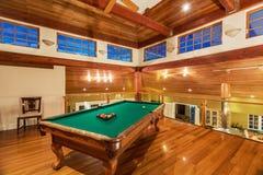 Mesa de bilhar na casa luxuosa fotografia de stock royalty free