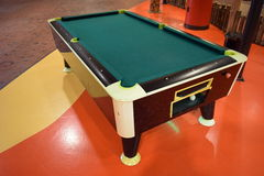 Mesa de billar con el verde sentido en el suelo colorido Imagen de archivo libre de regalías