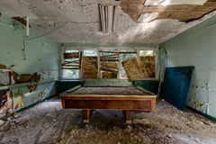 Mesa de billar en el sitio de juego - hospital abandonado Fotografía de archivo libre de regalías