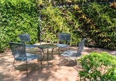 Mesa de centro e cadeiras no jardim Fotografia de Stock Royalty Free