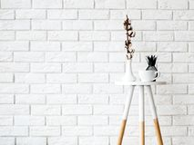 Mesa de centro pequena com copo e decoração nos vagabundos brancos da parede de tijolo Fotografia de Stock Royalty Free