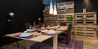 Mesa de comedor adornada con la paleta de madera Imagenes de archivo