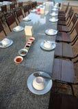 Mesa de comedor con el arreglo que cena los accesorios Foto de archivo libre de regalías