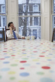 Mesa de comedor de Using Cellphone At del hombre de negocios Fotografía de archivo