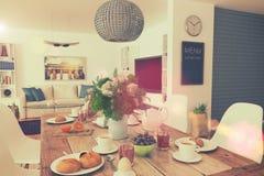 Mesa de comedor - desayuno - 01 tirados - estilo retro Fotografía de archivo