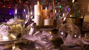Mesa de comedor festiva con las velas encendidas almacen de metraje de vídeo