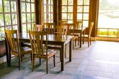 Mesa de comedor fijada con estilo moderno de las sillas Foto de archivo