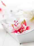 Mesa de comedor fina adornada con las flores fotos de archivo
