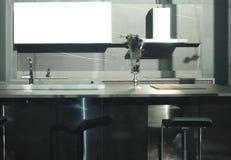 Mesa de comedor de lujo en comedor moderno imagen de archivo