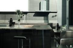 Mesa de comedor de lujo en comedor moderno fotografía de archivo