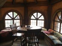 Mesa de comedor de madera en sala de estar Fotografía de archivo libre de regalías