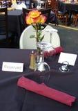 Mesa de comedor reservada en un restaurante al aire libre Imagenes de archivo