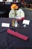 Mesa de comedor reservada en un restaurante al aire libre Imagen de archivo libre de regalías