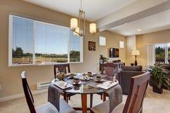 Mesa de comedor servida hermosa en el apartamento moderno Fotos de archivo