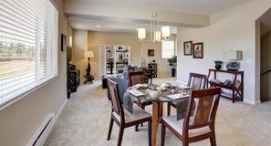 Mesa de comedor servida hermosa en el apartamento moderno Imagenes de archivo