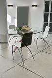 Mesa de comedor y silla en la sala de estar moderna Imágenes de archivo libres de regalías