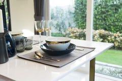 Mesa de comedor y sillas cómodas en hogar moderno Fotos de archivo