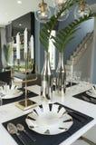 Mesa de comedor y sillas cómodas en hogar moderno Imagen de archivo libre de regalías