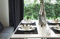 Mesa de comedor y sillas cómodas en hogar moderno Fotografía de archivo libre de regalías
