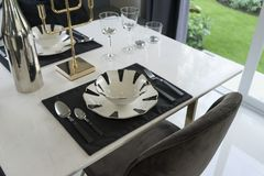 Mesa de comedor y sillas cómodas en hogar moderno Foto de archivo