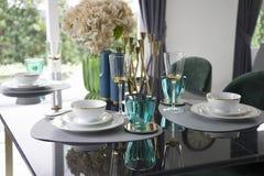 Mesa de comedor y sillas cómodas en hogar moderno Imágenes de archivo libres de regalías