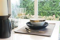 Mesa de comedor y sillas cómodas en hogar moderno Fotografía de archivo