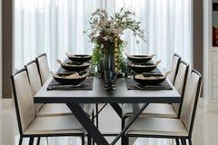 Mesa de comedor y sillas cómodas en hogar moderno Foto de archivo libre de regalías
