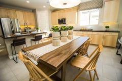 Mesa de comedor y sillas de madera en cocina moderna foto de archivo