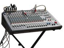 Mesa de console eletrônica do misturador do soundboard com os cabos isolados foto de stock royalty free