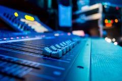 Mesa de console de mistura audio de Digitas do ângulo largo fotos de stock royalty free