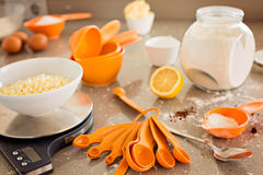 Mesa de cozinha com ingrediente e utensílios do revestimento protetor Foto de Stock Royalty Free