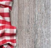 Mesa de cozinha de madeira áspera com o pano vermelho do piquenique Imagens de Stock