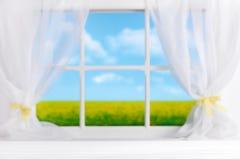 Mesa de cozinha de madeira branca e paisagem borrada fotografia de stock royalty free