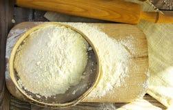 Mesa de cozinha a trabalhar com a peneira das farinhas Imagens de Stock Royalty Free