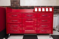 Mesa de cozinha vermelha com suportes dos suportes do guardanapo Imagem de Stock Royalty Free