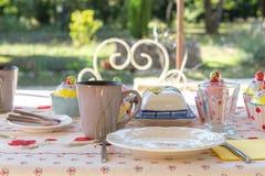 Mesa de desayuno adornada en el jardín del aire libre, Provence, Francia Imagen de archivo libre de regalías