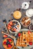 Mesa de desayuno con el granola del cereal, leche, bayas frescas, café foto de archivo libre de regalías