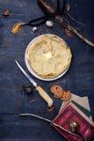 Mesa de desayuno con estilo cocido del vintage de la choza de los cazadores de las crepes fotografía de archivo libre de regalías