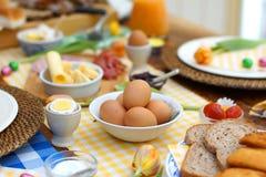 Mesa de desayuno con toda clase de ingredientes sanos fotos de archivo libres de regalías