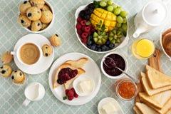 Mesa de desayuno continental fresca y brillante imagenes de archivo