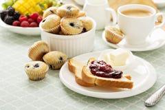 Mesa de desayuno continental fresca y brillante imagen de archivo