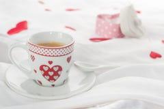 Mesa de desayuno del día del ` s de la tarjeta del día de San Valentín Imagen de archivo libre de regalías