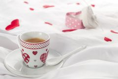 Mesa de desayuno del día del ` s de la tarjeta del día de San Valentín Imágenes de archivo libres de regalías