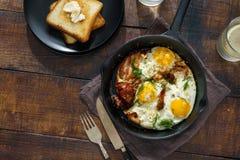 Mesa de desayuno Huevos fritos con tocino en sartén Imagen de archivo